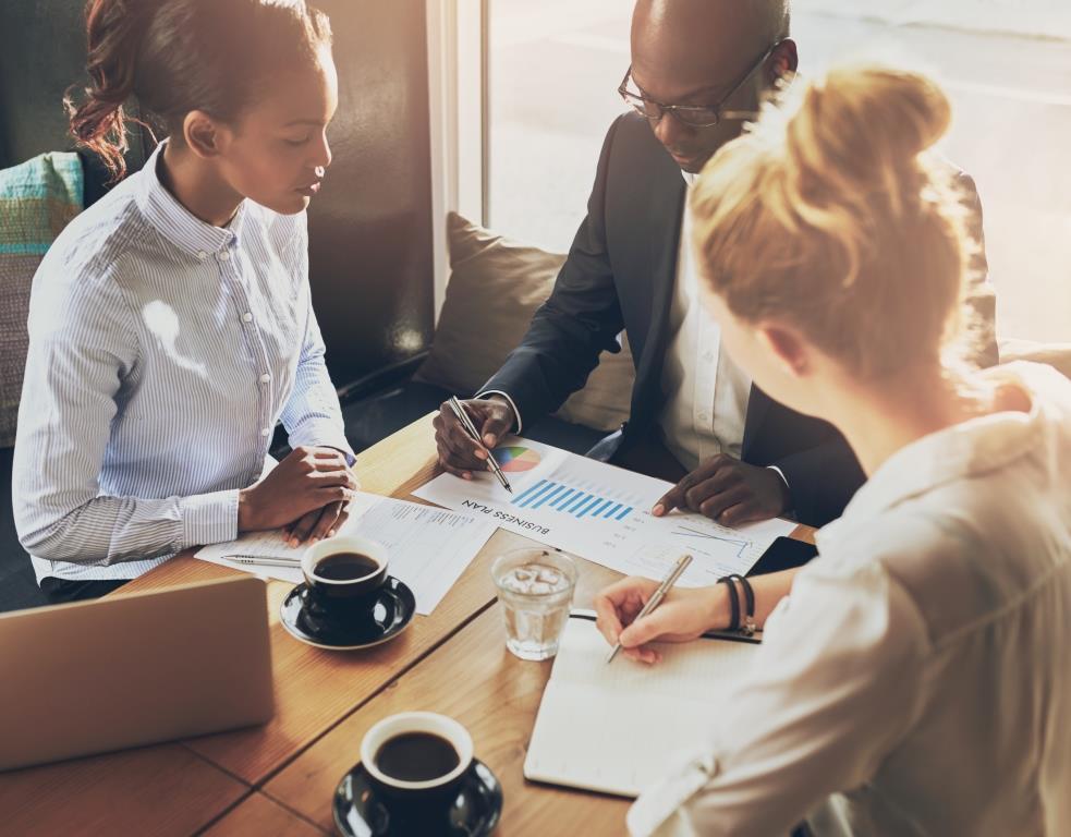 SEO оптимизатор и клиенти обсъждат Local SEO