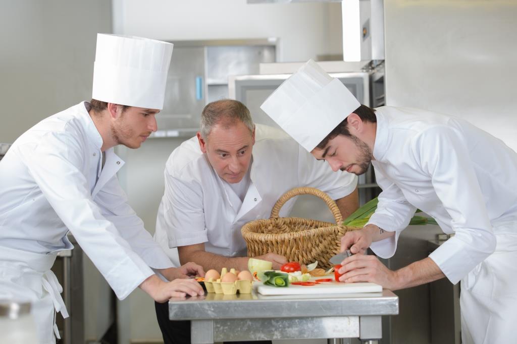 Защо готвачите носят бели престилки?