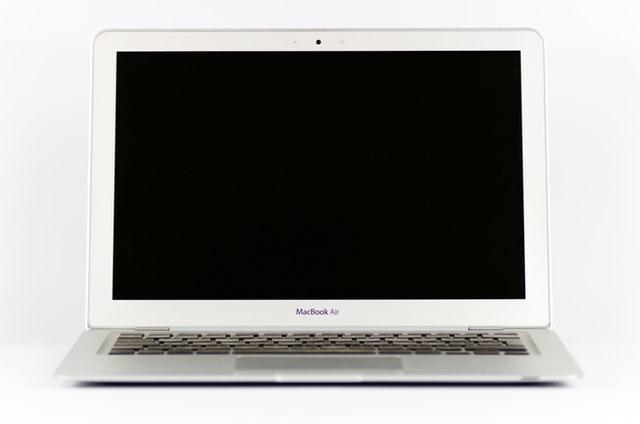 лаптоп на бял фон
