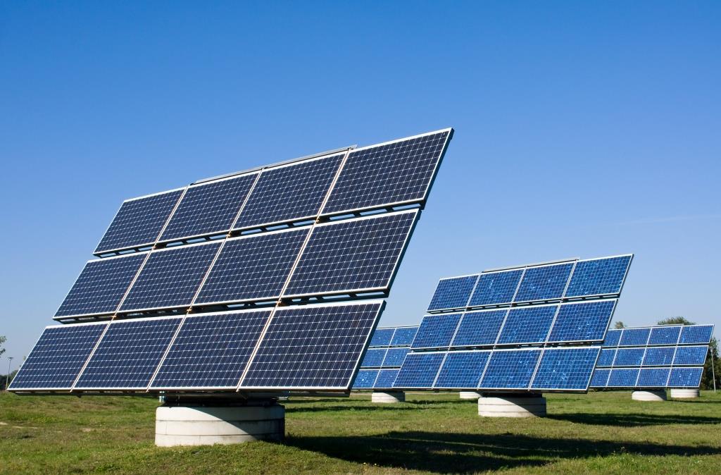 Три огромни соларни ферми ще захранват центровете за данни на Facebook