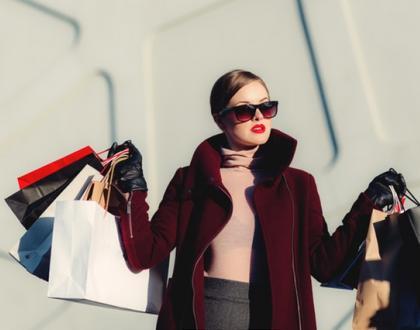 модерно облечена жена с много чантис покупки в ръцете