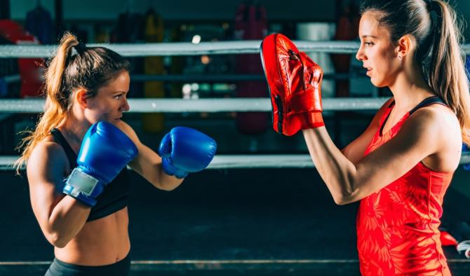 бокс екипировка ръкавици на ринга са две жени