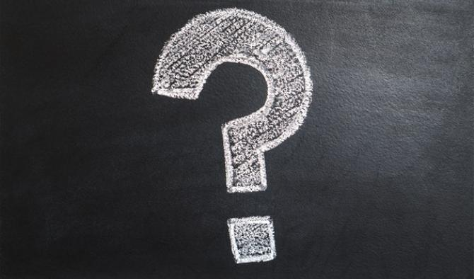 въпросителен знак нарисуван с бял тебешир на черна дъска