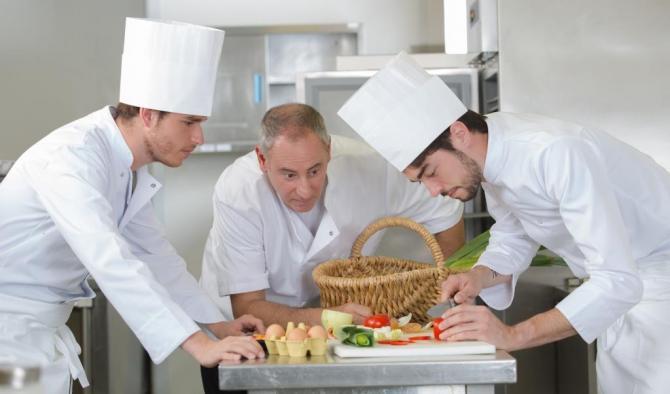готвачи в бели престилки