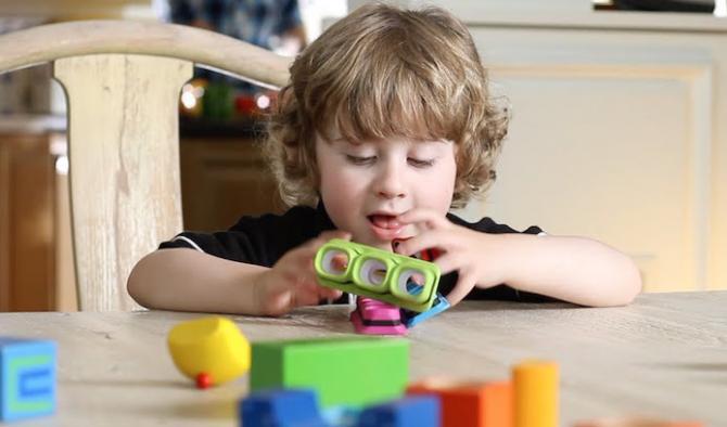 Дете играе с образователни играчки