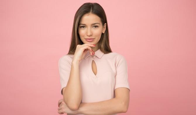 стилна жена на розов фон
