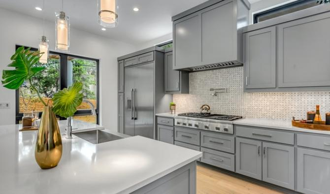 модерна просторна кухня в сиво