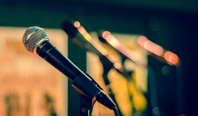 микрофони за говорене пред публика